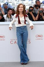 "CANNES, FRANCE - MAY 21: Isabelle Huppert attends the ""Claire's Camera (Keul-Le-Eo-Ui-Ka-Me-La)"" Photocall during the 70th annual Cannes Film Festival at Palais des Festivals on May 21, 2017 in Cannes, France. (Photo by Anthony Harvey/FilmMagic)"