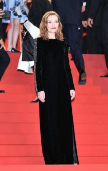 CANNES, FRANCE - MAY 23: French actress Isabelle Huppert arrives for the premiere of the film 'Happy End' in competition at the 70th annual Cannes Film Festival, in Cannes, France on May 23, 2017. (Photo by Mustafa Yalcin/Anadolu Agency/Getty Images)